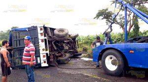 Camión vuelca sobre la carretera Amozoc - Nautla