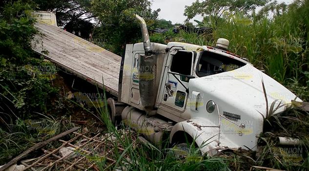 Choca tráiler contra camioneta y cae a barranco en Cerro Azul