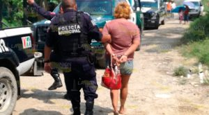 En Colonia Tuxpan Amarran Mujer Agresiva