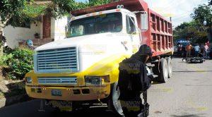 En plena curva se estrella contra camión