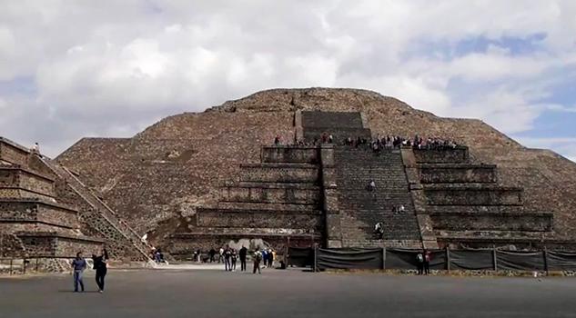 Encuentran cámara y túnel bajo la Pirámide de la Luna
