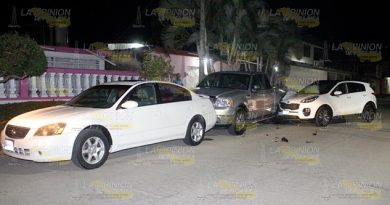 Enfurecida Impacta Camioneta Contra Autos Estacionados