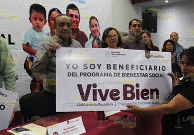 Entrega alcalde de Poza Rica 300 tinacos