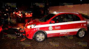 Motociclista terminó incrustado en taxi