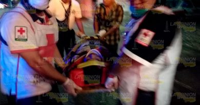 Motocilista temerario se estampa contra taxi en Tuxpan