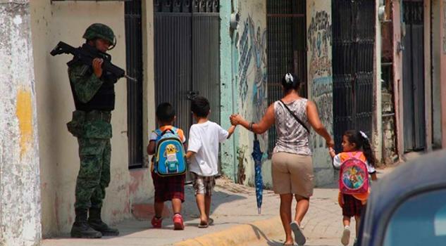 Regresan escoltados clases 250 maestros Guerrero