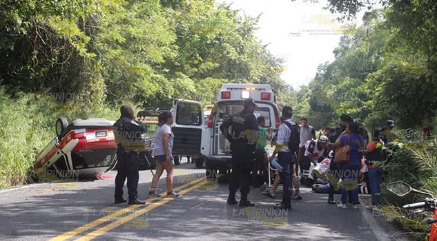 Taxi choca vuelca sobre carretera Poza Rica Papantla