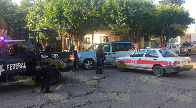 Taxista embiste camioneta en la colonia México