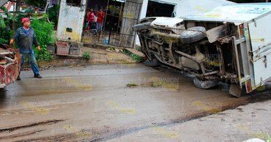 Vuelca camioneta en Pueblo Viejo