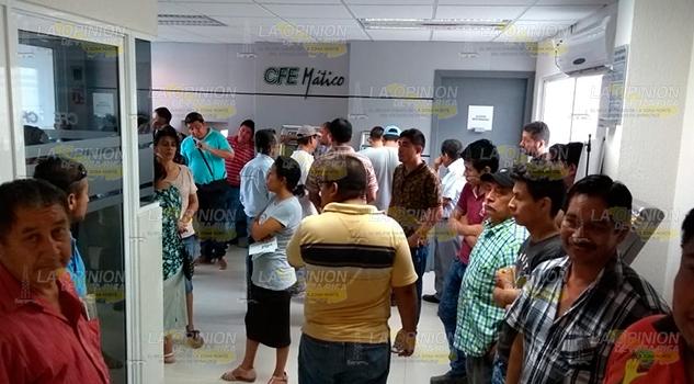 Locatarios del mercado municipal de Álamo se manifiestan en oficinas de CFE