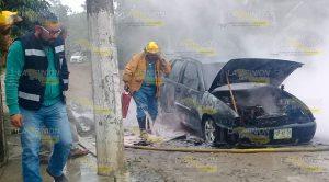 Automóvil se incendió y quedo reducido a chatarra