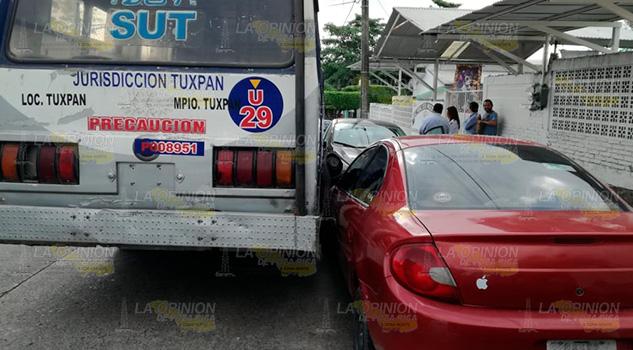 Calcula mal e impacta a automóviles estacionados