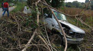 Camioneta choca y cae a un barranco dos lesionados