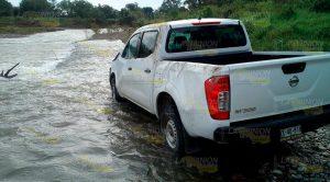 Desvalijan y abandonan camioneta a orillas del río Pantepec