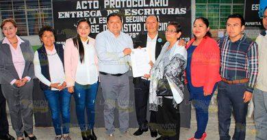 Entregan escrituras a la secundaria Jorge de Castro Cancio