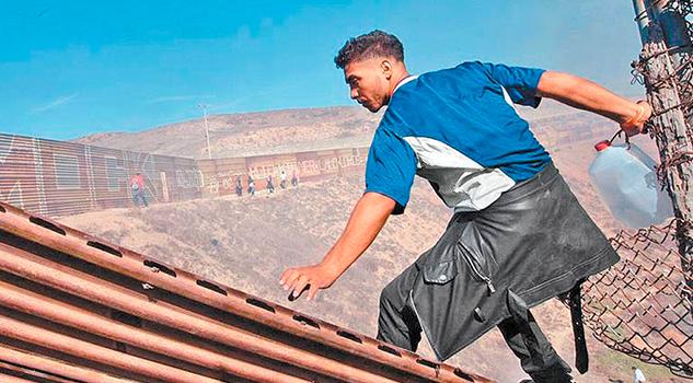 Frena EU con balas de goma y gases a migrantes que cruzan por Tijuana