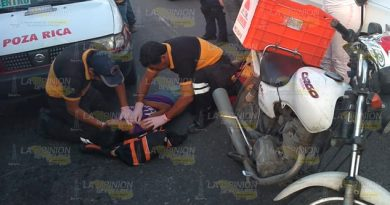 Motociclista atropella a vendedora de chicles