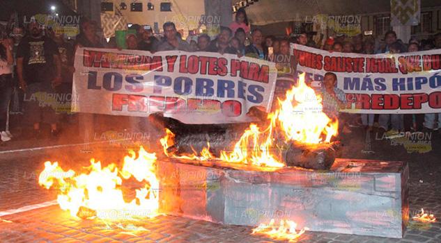 Se plantan grupos territoriales frente a Palacio de Gobierno en Xalapa