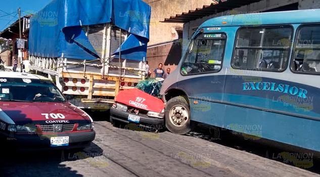 Taxi queda aplastado entre camión y camioneta en Coatepec