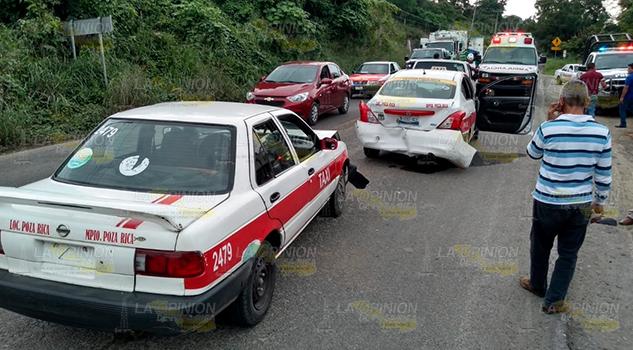 Taxista provocó carambola en la carretera Papantla - Poza Rica