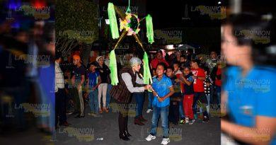Alcaldesa de Tlapacoyan y ediles hacen feliz a los niños con una posada