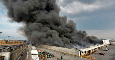 Arde bodega de telas en Toluca