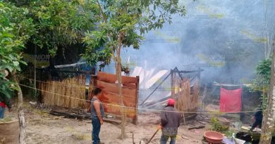 Casa consumida por el fuego en Papantla