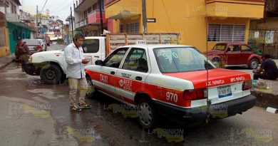 Chocan taxi y camioneta en Papantla
