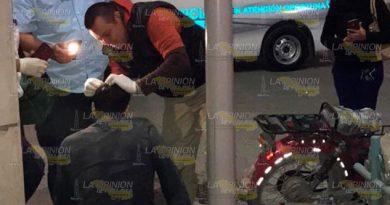 Ebrio motociclista derrapa e impacta contra guarnición