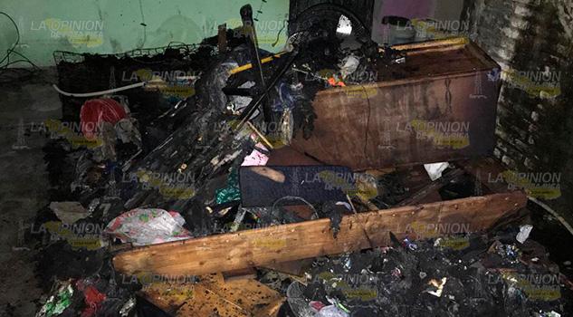 Incendio arrasa con vivienda en la colonia Pantepec