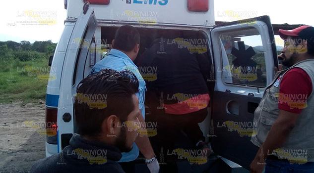 Motociclista pierde el control tras ser golpeado por camioneta