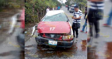 Mujer casi muere en volcadura por culta de chofer de taxi