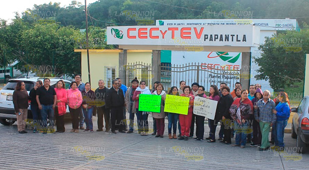 Protestan trabajadores del CECYTEV en Papantla