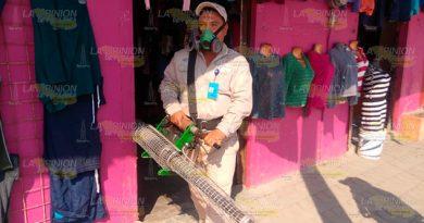 Realizan fumigación contra el mosco del dengue
