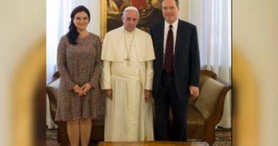 Renuncian los portavoces del Vaticano Greg Burke y Paloma García Ovejero