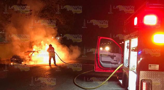 Taxi queda completamente calcinado al incendiarse
