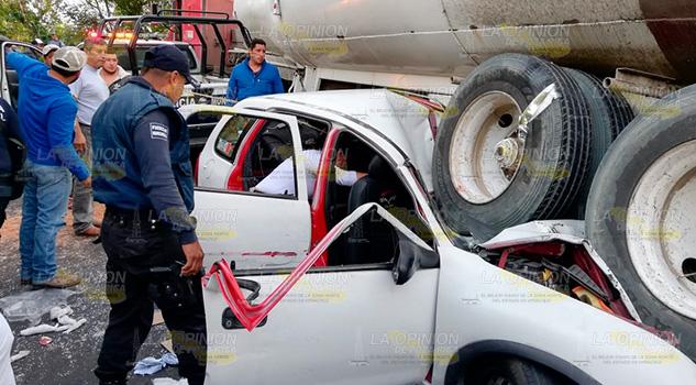 Terminan aplastados por pipa sobre la México - Tuxpan