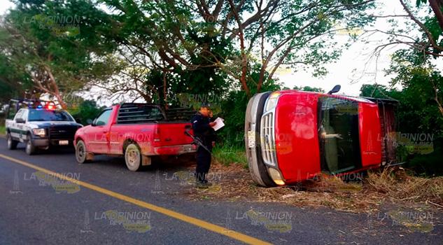 Vuelca camioneta en la carretera Gutiérrez Zamora - Tecolutla