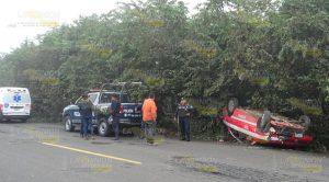 Vuelca taxi sobre carretera federal Álamo - Potrero del Llano