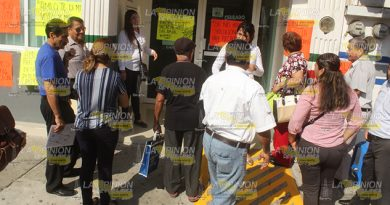 A puntapiés tratan de entrar al SAT en Poza Rica