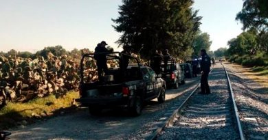 Agreden pobladores a militares para defender a huachicoleros