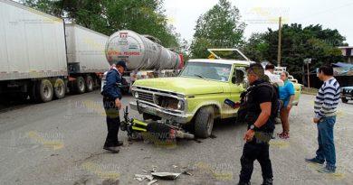 Camioneta impacta a dos jovenes en motocicleta en Álamo