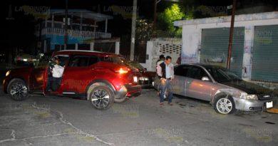 Choca contra dos autos estacionados, dos lesionados
