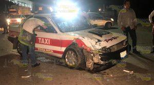 Mujer lesionada en choque entre taxi y particular