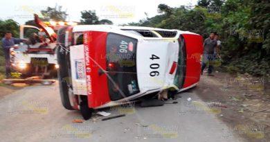 Cinco lesionados al volcar taxi en Vista Hermosa