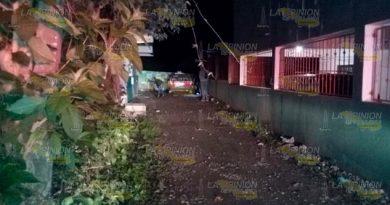 Delincuentes motorizados balean taxi en Martínez de la Torre