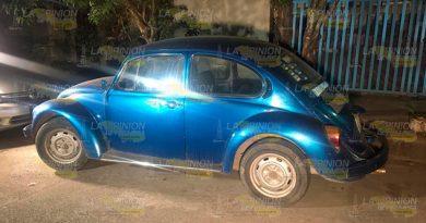 Elementos policiacos aseguran auto robado atrás del IMSS