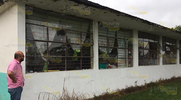 Estudiantes en peligro, se cae a pedazos primaria en Tuxpan