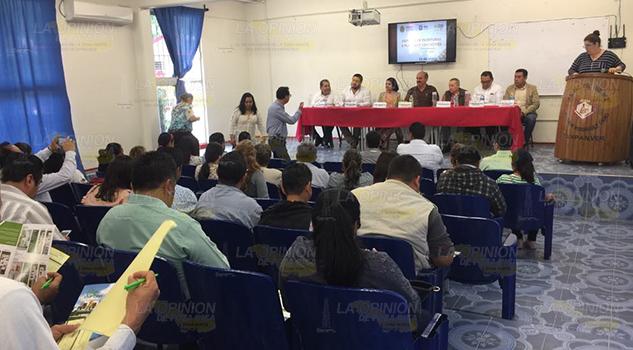 Les dan certeza jurídica, escrituras para 38 escuelas en Tuxpan