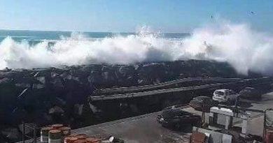 Marea alta arrastra autos en puerto de Ensenada